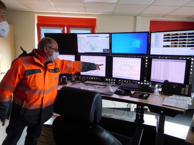 Jürgen Armbruster zeigt, wie die Schaltzentrale aussieht (Foto: Steffin).