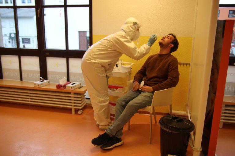 Durchaus unangenehm, aber nicht schmerzhaft ist der Abstrich für den Schnelltest. Standortleiter Lorenz Menges (rechts) lässt sich täglich testen.