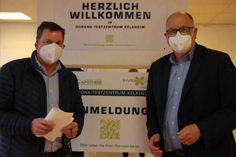 Oliver Rack (links) und Bürgermeister Albrecht Kündiger freuen sich über die steigenden Zahlen bei den Bürgertests.
