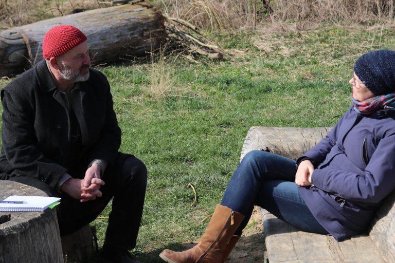 Hannes Akman tauscht sich mit seiner Frau Anke Wehr über den aktuellen Zustand des Weidenbaumprojekts aus.
