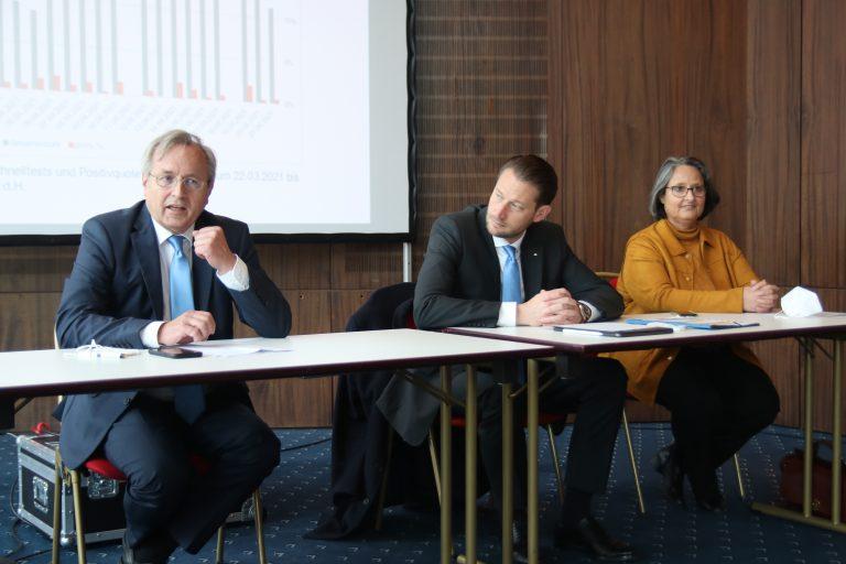 Bürgermeister Meinhard Matern, Oberbürgermeister Alexander Hetjes und Gesundheitsdezernentin Lucia Lewalter-Schoor.