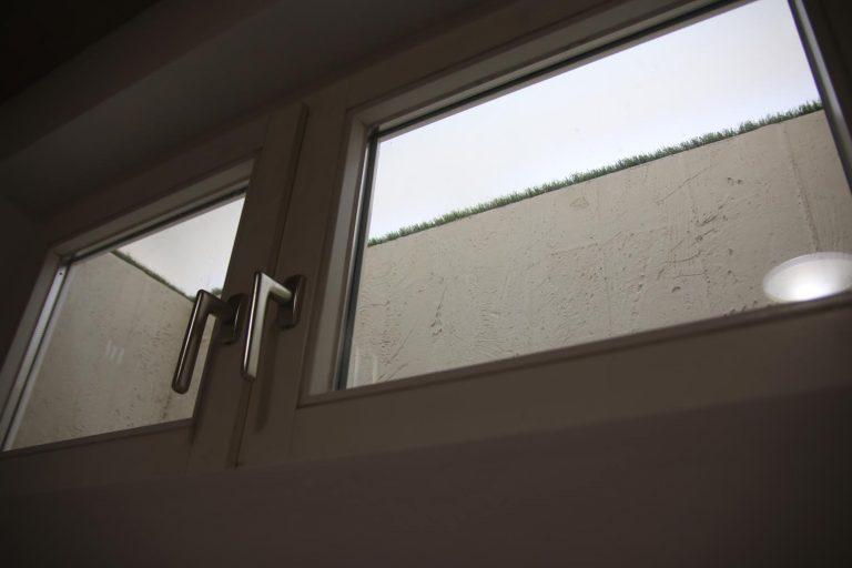 Ein inszenierter Blick aus dem Kellerzimmer.
