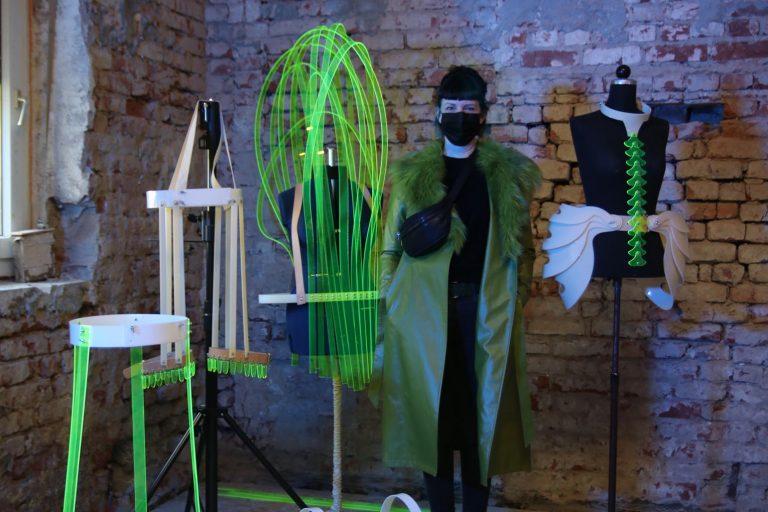 Nadine Wagner erinnert mit Kostümen aus Plexiglas an die konstrierten Unterbauten zu Hölderlins Zeiten.