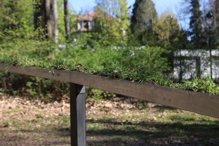 Gras und Erde werden per Stahlkonstruktion aus dem Boden emporgehoben.