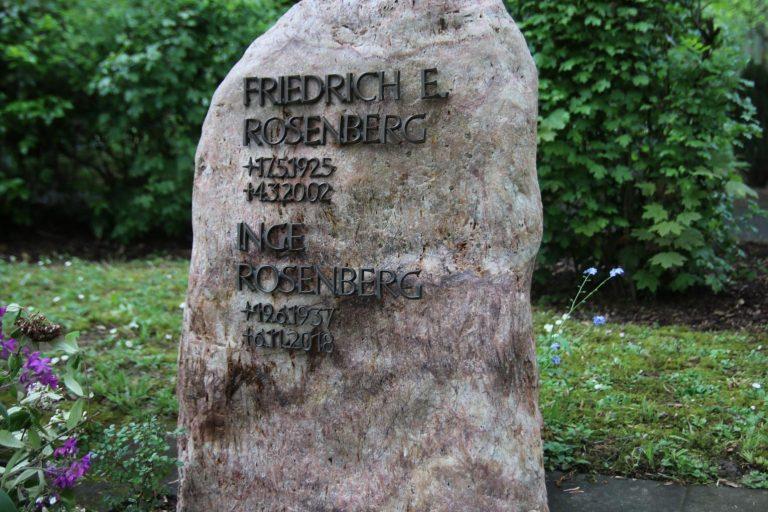 Das Grab von Friedrich E. Rosenberg und seiner Frau Inge befindet sich ganz in der Nähe der Trauerhalle.