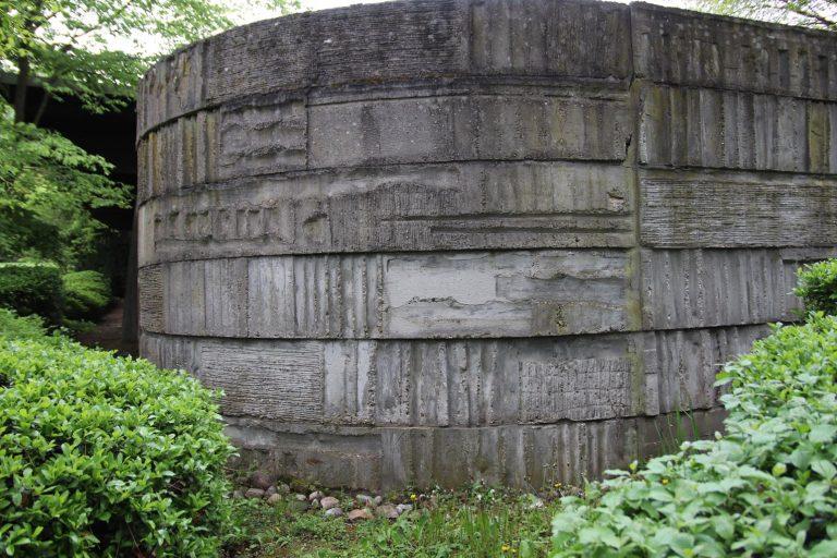 An den Betonmauern lassen sich unter anderem Abdrücke von Gehölz finden.