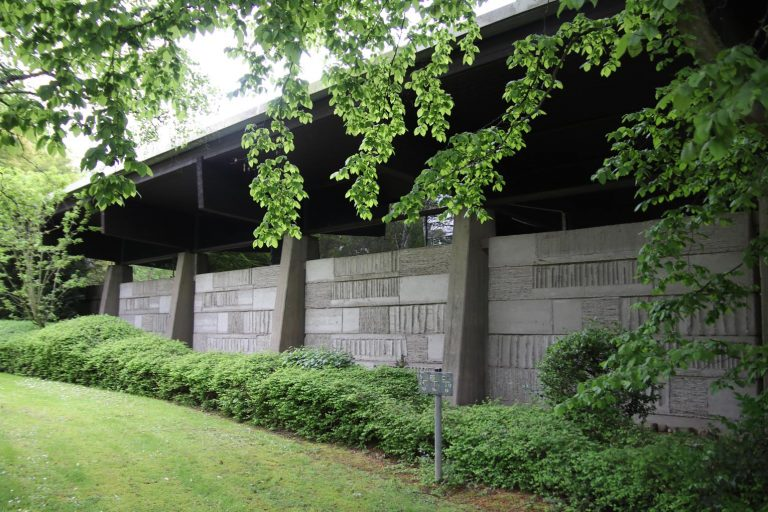 Eine Außenansicht der Trauerhalle