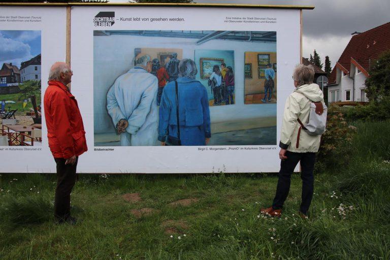 Winfried und Gabriele Binder betrachten die Bildbetrachter von Birgit C. Morgenstern (Prismo im Kulturkreis).
