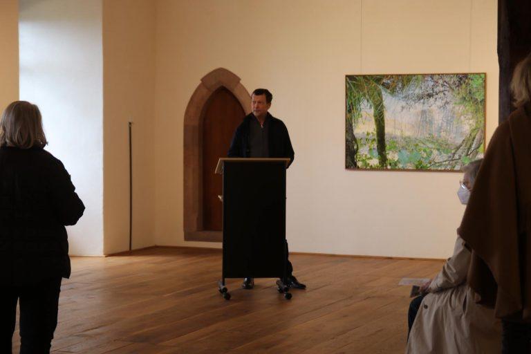 Christoph Schütte sorgt mit seiner Einführung für einen geschärften Blick auf die Ausstellung.