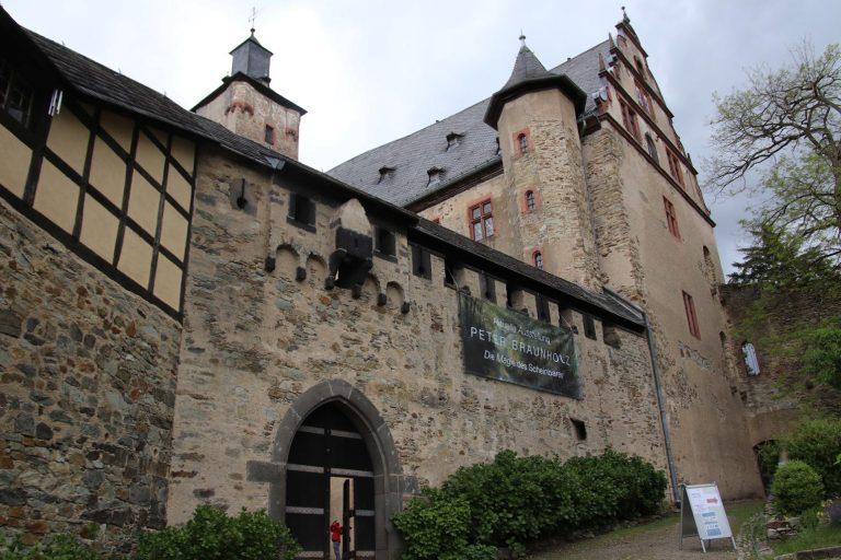 Im Rheinberger Saal der Burg Kronberg sind die Arbeiten von Peter Braunholz zu sehen.