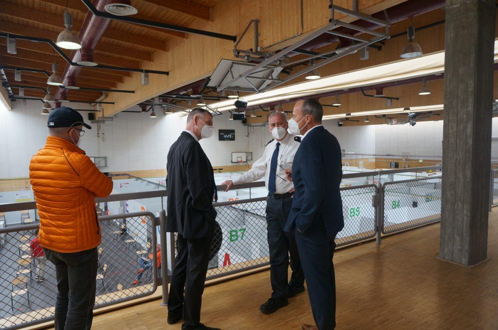 Innenminister Peter Beuth (rechts) im Gespräch mit Landrat Frank Kilian.
