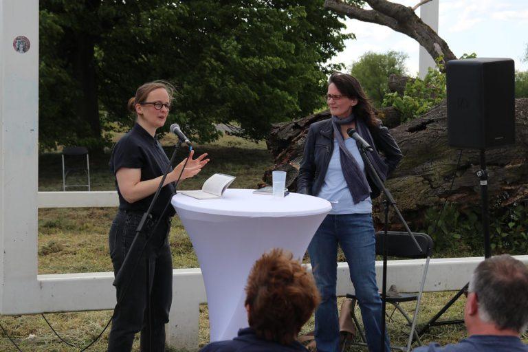Saskia Hennig von Lange und Julia Ketterer vom Literaturhaus Frankfurt bei der Lesung am Lindenbäumchen im Juni dieses Jahres in Oberursel.