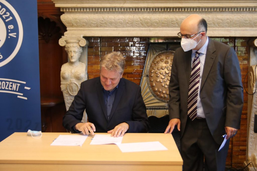 Landrat Ulrich Krebs war der erste Unterzeichner unter den Gründungsmitglieder.