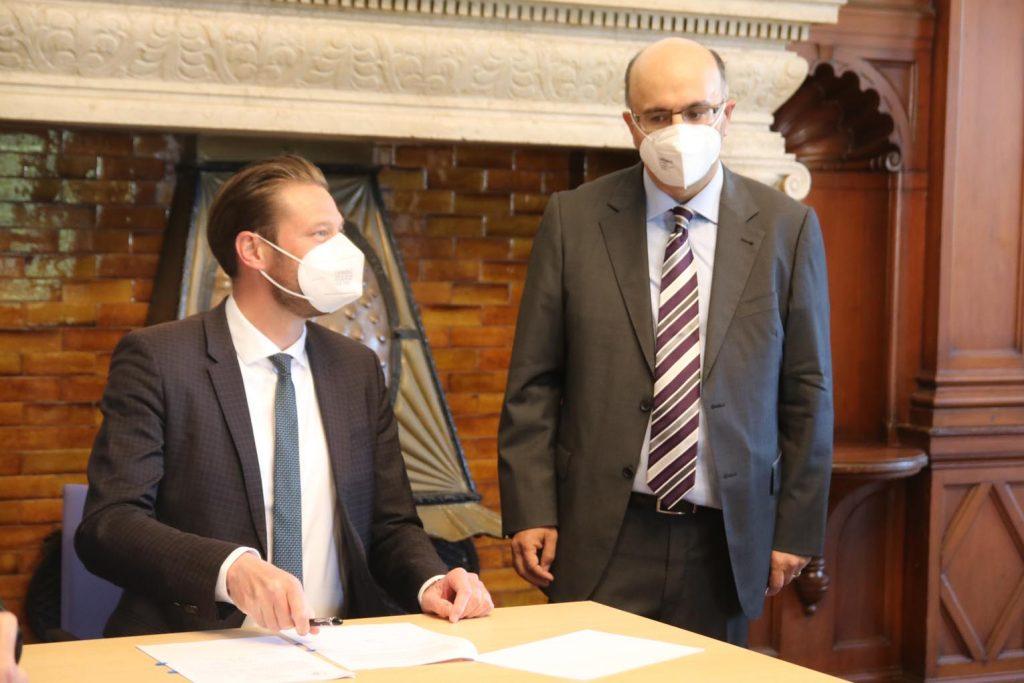 Oberbürgermeister Alexander Hetjes und Arthur Iliyav, Vorstandsvorsitzender von Makkabi Taunus.