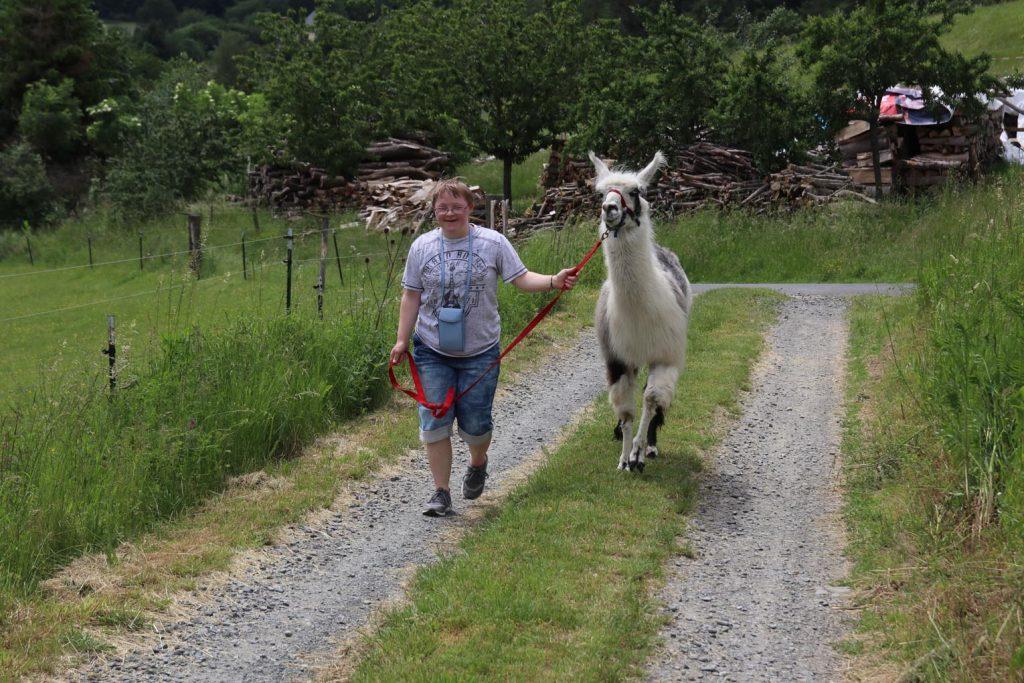 Jacqueline hat mit Lama Timo sichtlich viel Spaß auf der Trecking Tour.
