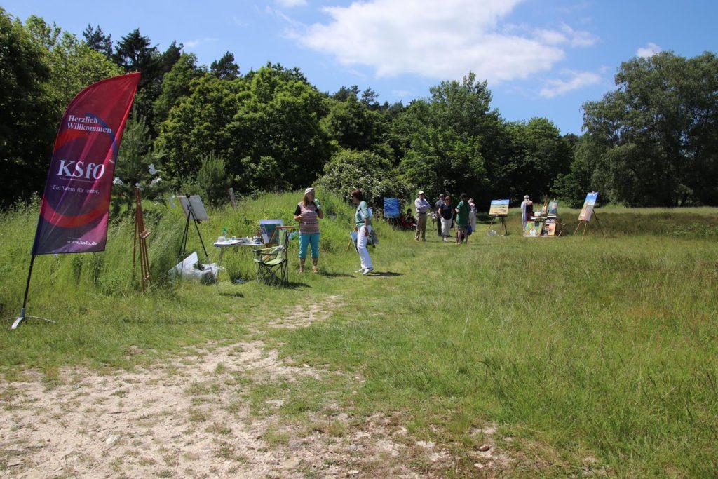 Passanten und gezielte Besucher freuen sich über die Ausstellung der Künstlergruppe PrismO auf der Stierstädter Heide.