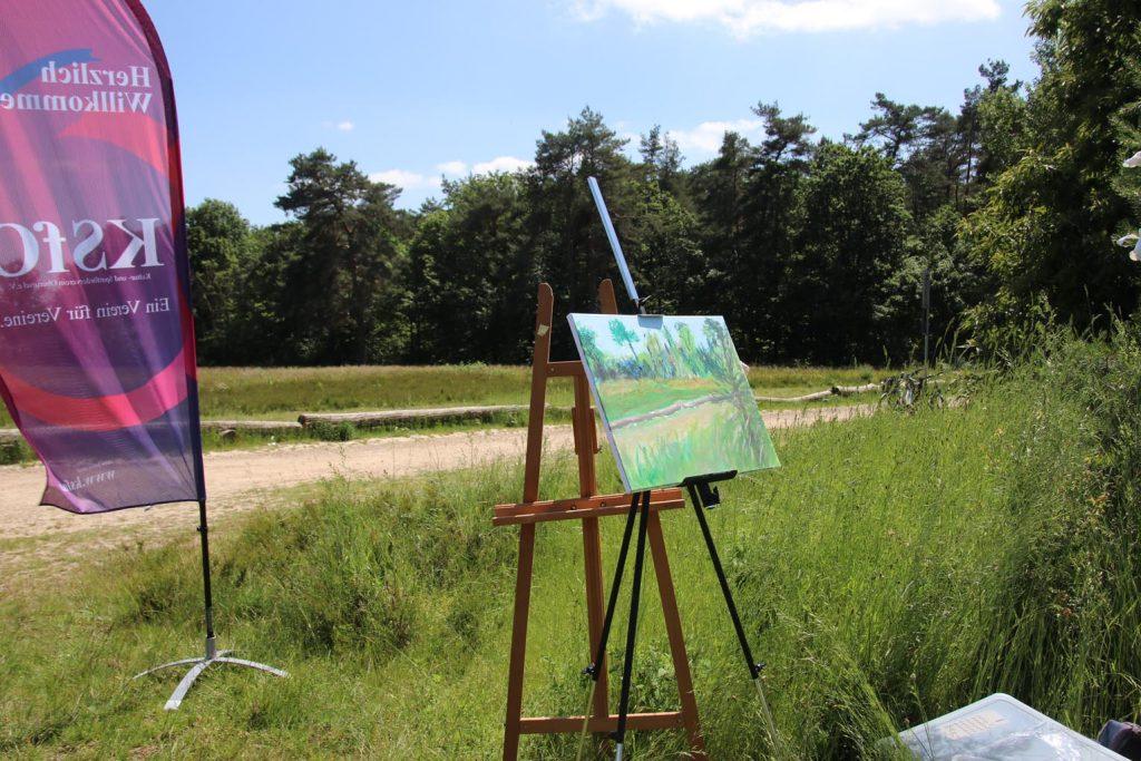 Diesen Blick auf die Stierstädter Heide hält Barbara Scholz-Evans auf Leinwand fest.