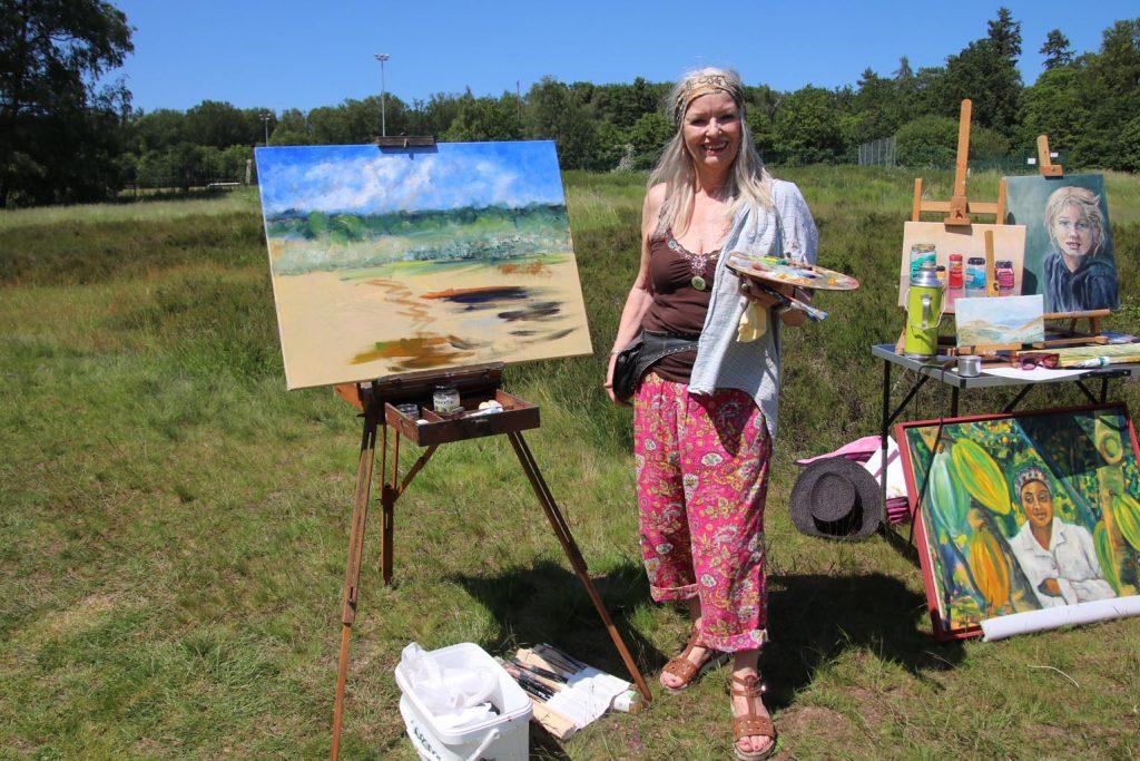 Birgit Morgenstern malt ebenfalls ausnahmsweise im Freien.