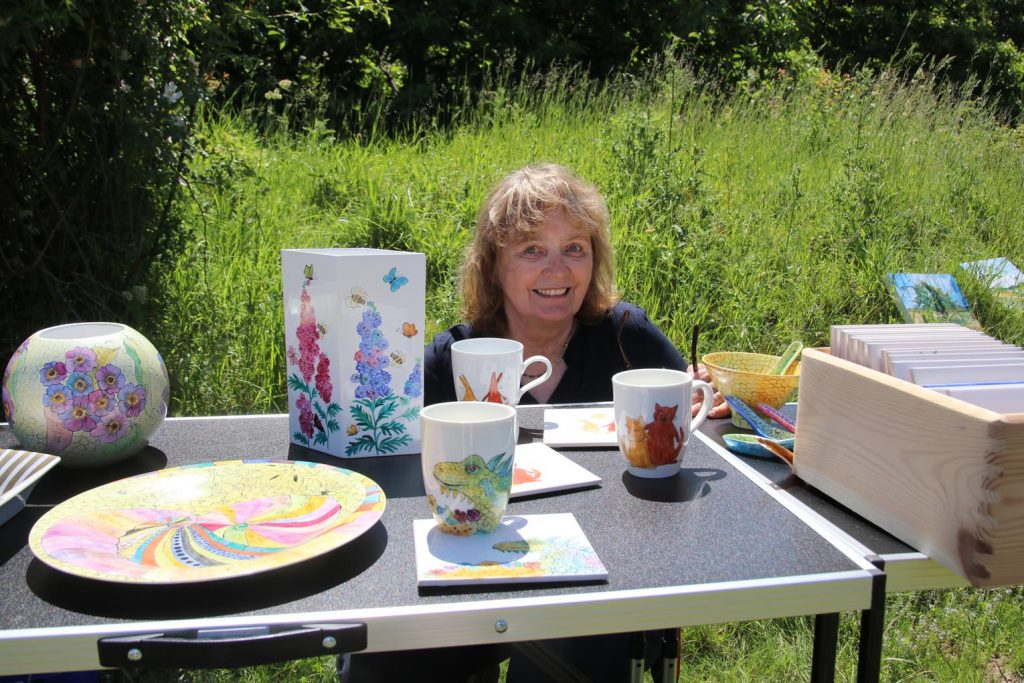 Annette Andernacht ist Porzellanmalerin.