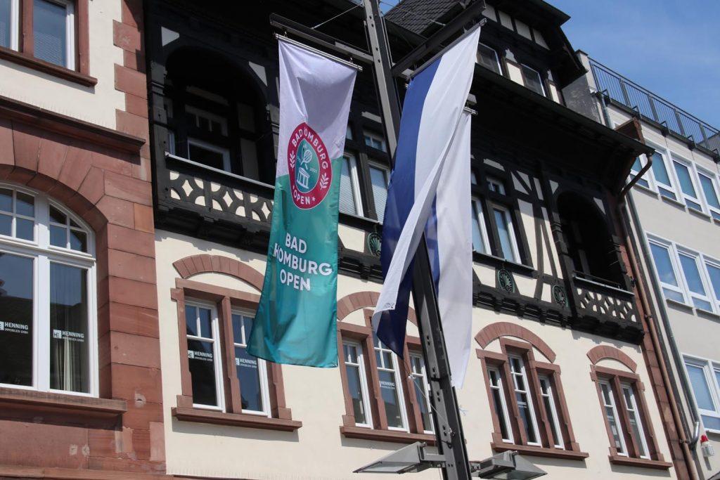 An den städtischen Fahnenmasten sind Turnierflaggen gehisst.