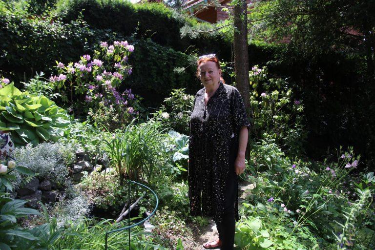 Brigitte Hochgesand in ihrem selbst geschaffenen Garten-Paradies.