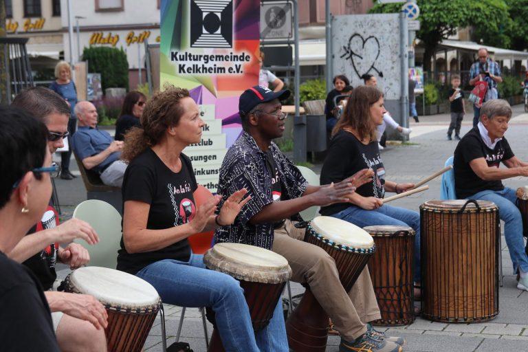 """""""Lasst uns trommeln"""" lautet der Name der Trommler-Gruppe in der deutschen Übersetzung."""