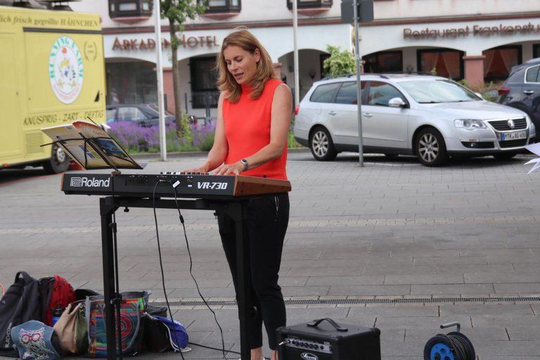 Mezzo-Sopranistin Dzuna Kalnina am Klavier.