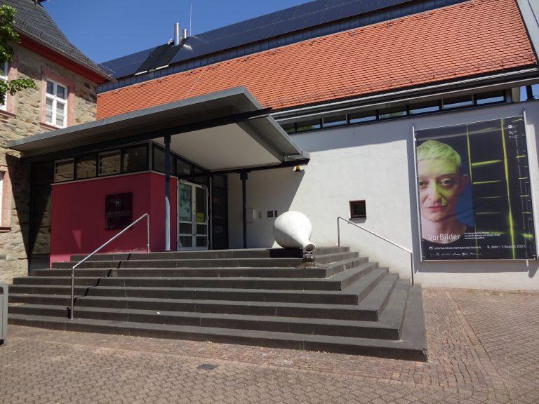 Museum Hofheim mit Ausstellungsplakat.