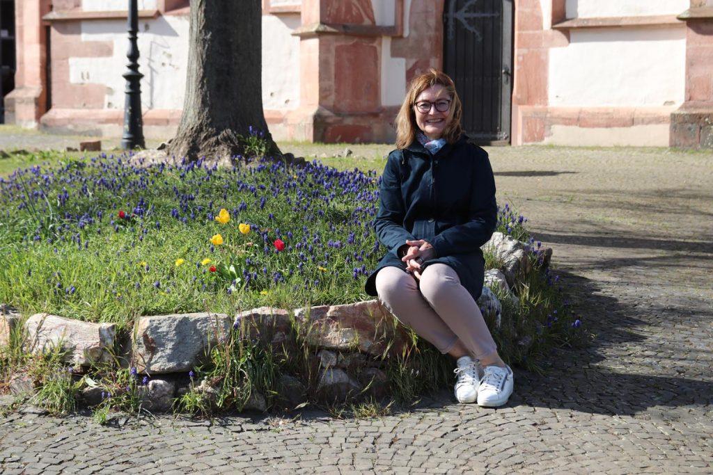 Für Marion Unger einer der schönsten Plätze Oberursels: Der Platz vor der Kirche St. Ursula.