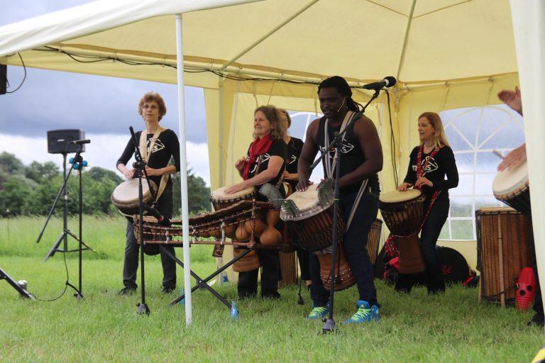 Afrikanische Trommelklänge sorgen für ordentlich Stimmung.