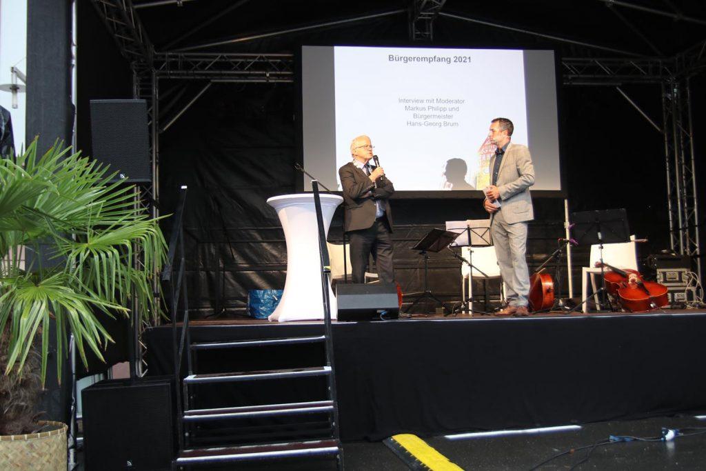 Bürgermeister Hans-Georg Brum wird von Markus Philipp interviewt.