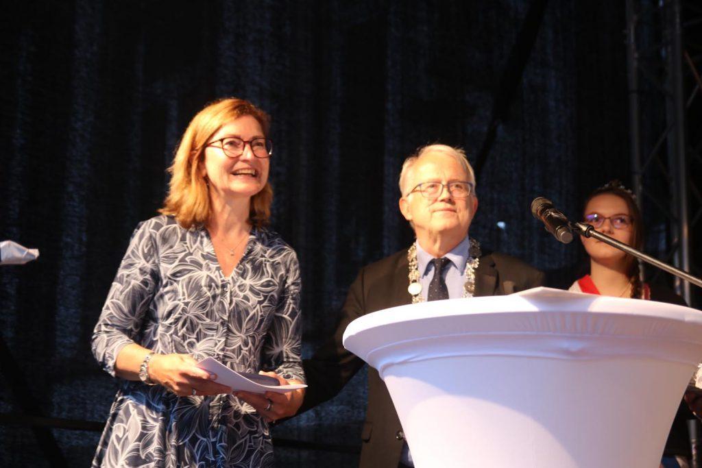 Marion Unger und Bürgermeister Brum - im Hintergrund Brunnenkönigin Verena I.