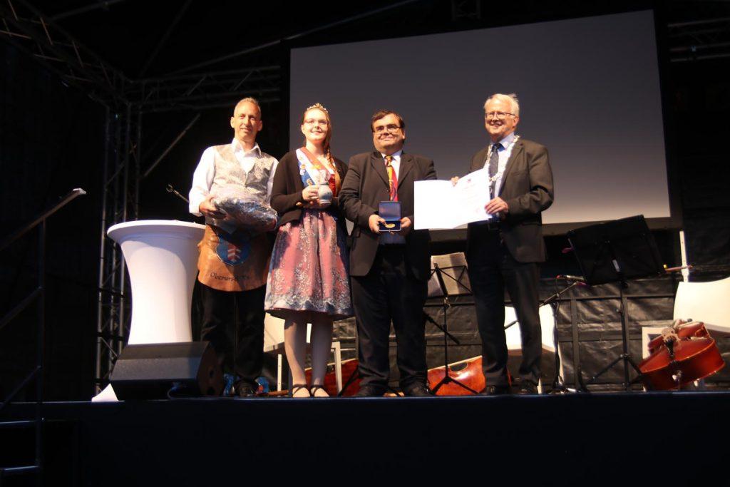 Brunnenmeister Andreas, Brunnenkönigin Verena I., Graham Tappenden und der Rathauschef.