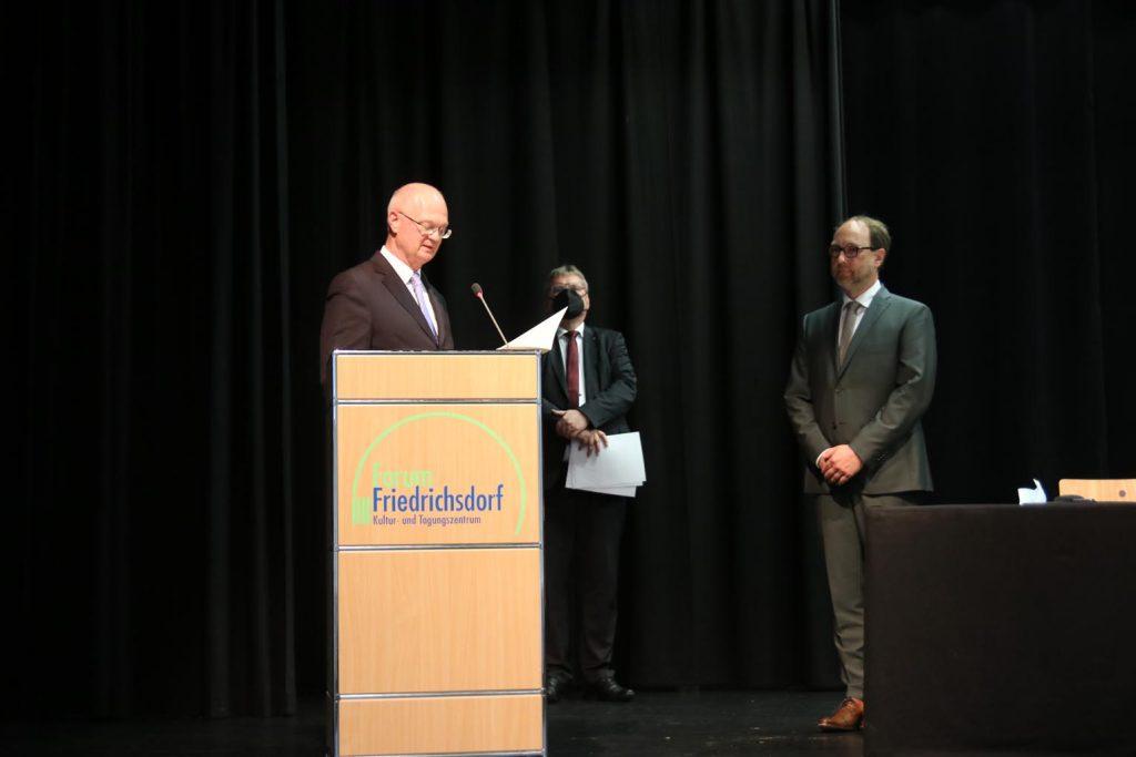 Noch-Bürgermeister Horst Burghardt vereidigt Fast-Bürgermeister Lars Keitel im Beisein von Stadtverordnetenvorsteher Dr. Gerd Brücks