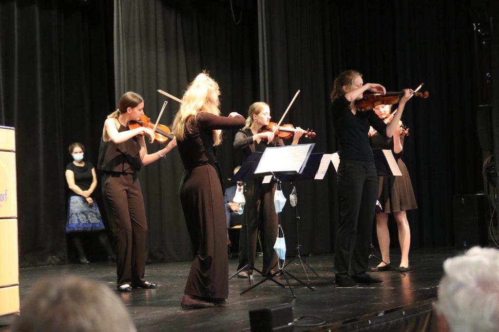 Für die musikalische Untermalung sorgt das Geigenensemble des JSO Hochtaunus.