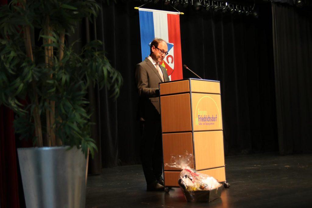 Bürgermeister Lars Keitel spricht die Schlussworte.
