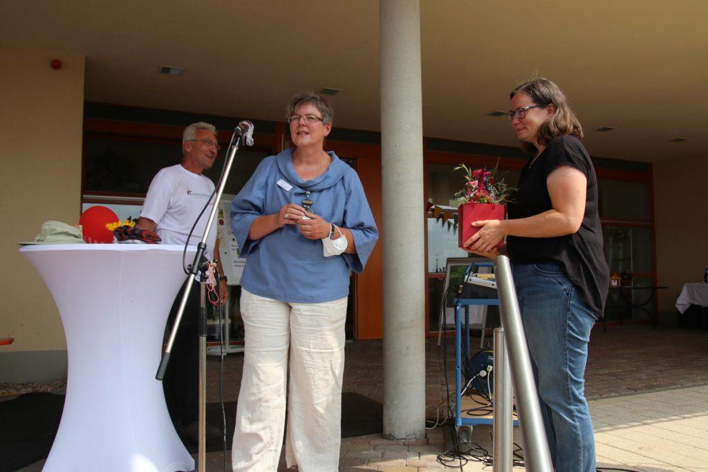 Sandra Scheffler leitet das Hospiz Bergstraße und dankt Anika Fricke für Idee und Organisation des Spendenlaufs.