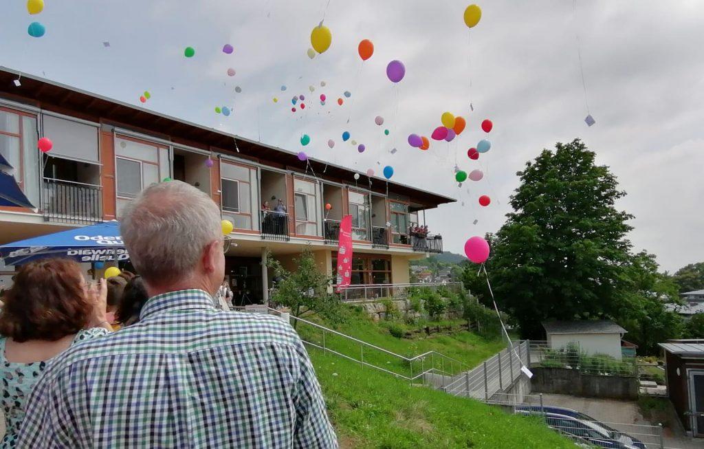 Viele bunte Luftballons steigen in den Himmel als Gunter Lutzi wieder im Hospiz Bergstraße ankommt.