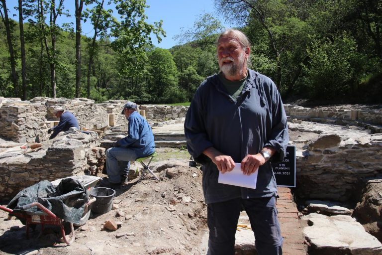 Mittelalterarchäologe Dr. Joachim Zeune berichtet über die Überraschungen bei den Arbeiten an der Landsteiner Kirche.