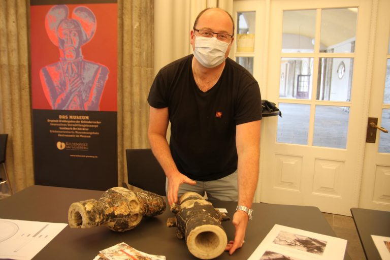 Restaurator Daniel Usher zeigt eine Radnabe, die in der Saline weitere Verwendung fand.