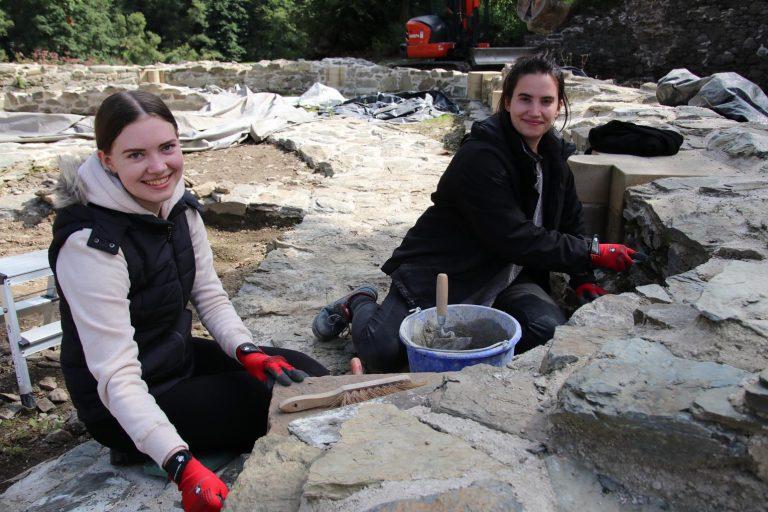 Alexandra Ledwon ist Azubi im Hochtaunuskreis, Alina Eichbichler Praktikantin im Büro Burgenforschung Dr. Zeune - sie hat hier die Möglichkeit, Einblicke in die Bauforschung zu bekommen.