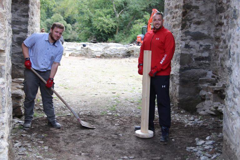 Niklas Schäfer und Zekman Zekmanov sorgen für die Auffüllung von Bodenvertiefungen und deren Verdichtung.