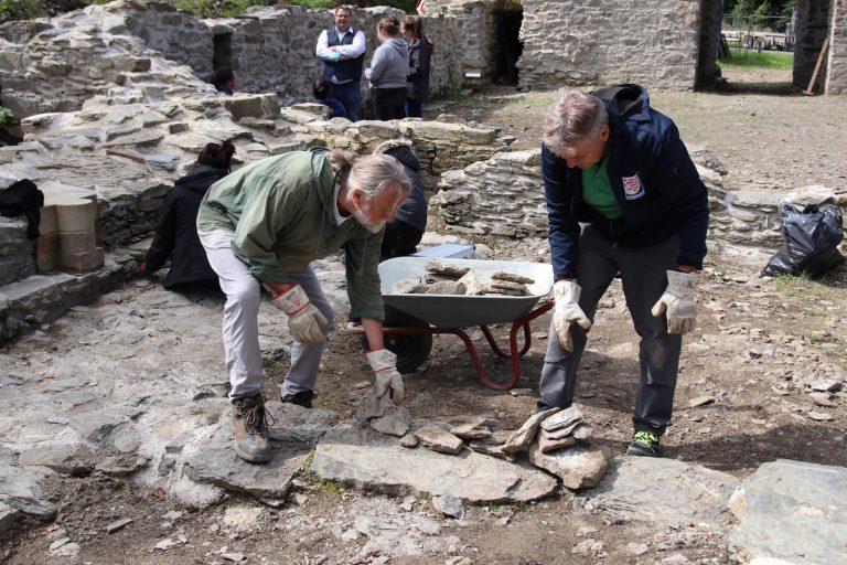 Die gesammelten Steine gehen in ein Steinlager für künftige Bauarbeiten.