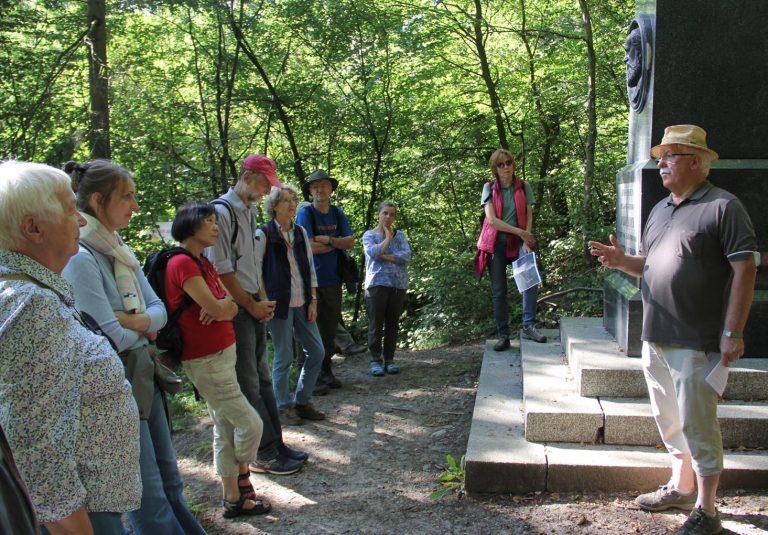 Dr. Helmut Arnold (rechts) erläutert die großen Verdienste von Dr. Carl Koch um die Wasserversorgung Wiesbadens. - Foto: Sabine Neugebauer