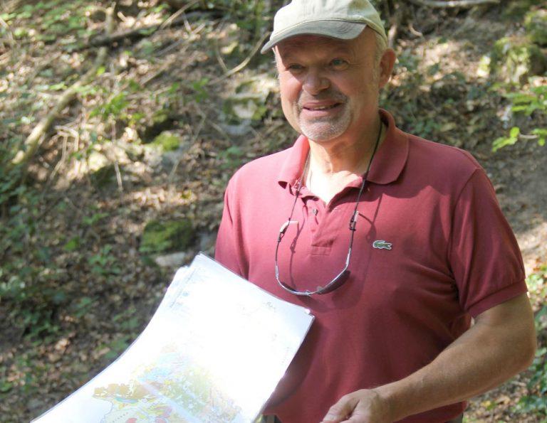 Dr. Heinz-Dieter Nesbor erklärt den Exkursionsteilnehmern die Geologie des Vordertaunus. - Foto: Sabine Neugebauer