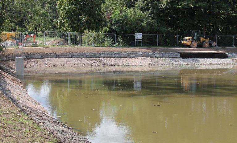 Die Uferzone wird derzeit neu gestaltet. - Foto: Stadt Oberursel
