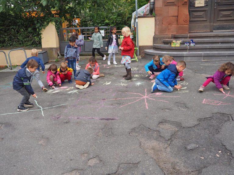 Am Weltkindertag konnten die Kinder den Platz schon einmal für sich erobern und verschönerten ihn mit Straßenmalkreide. - Foto: Stadt Eltville
