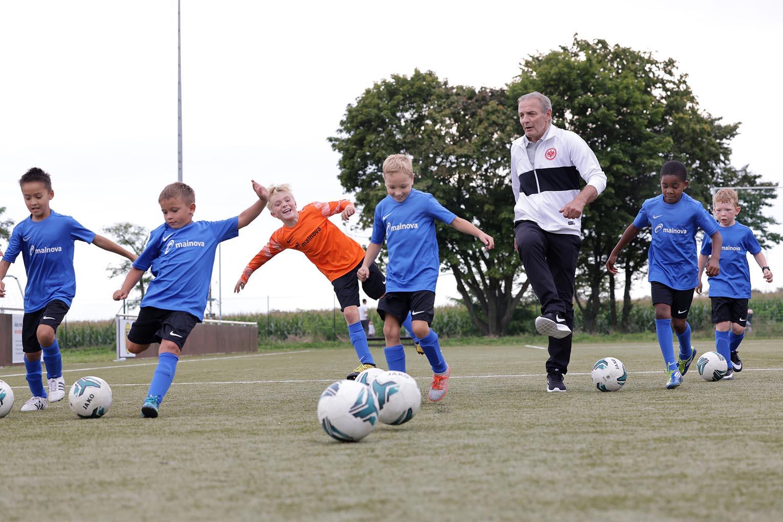 Read more about the article Steinbach: Fußball-Nachwuchs freut sich über neue Trikots