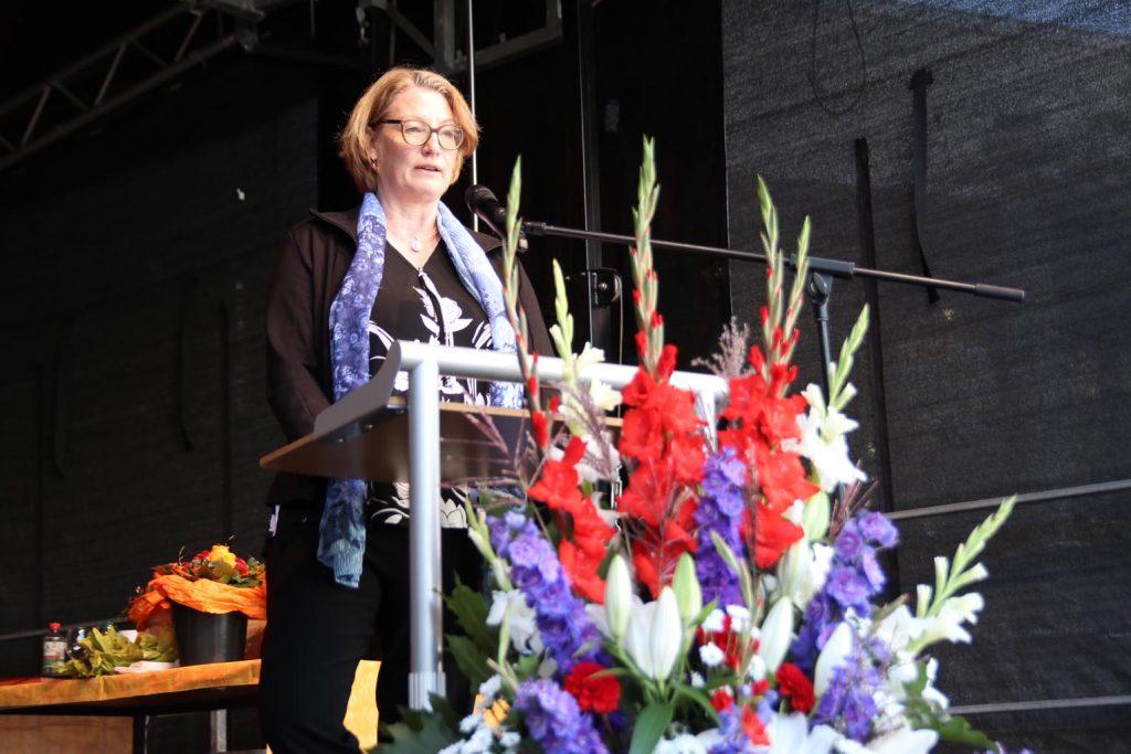 Kreisbeigeordnete Katrin Hechler spricht die Laudatio.