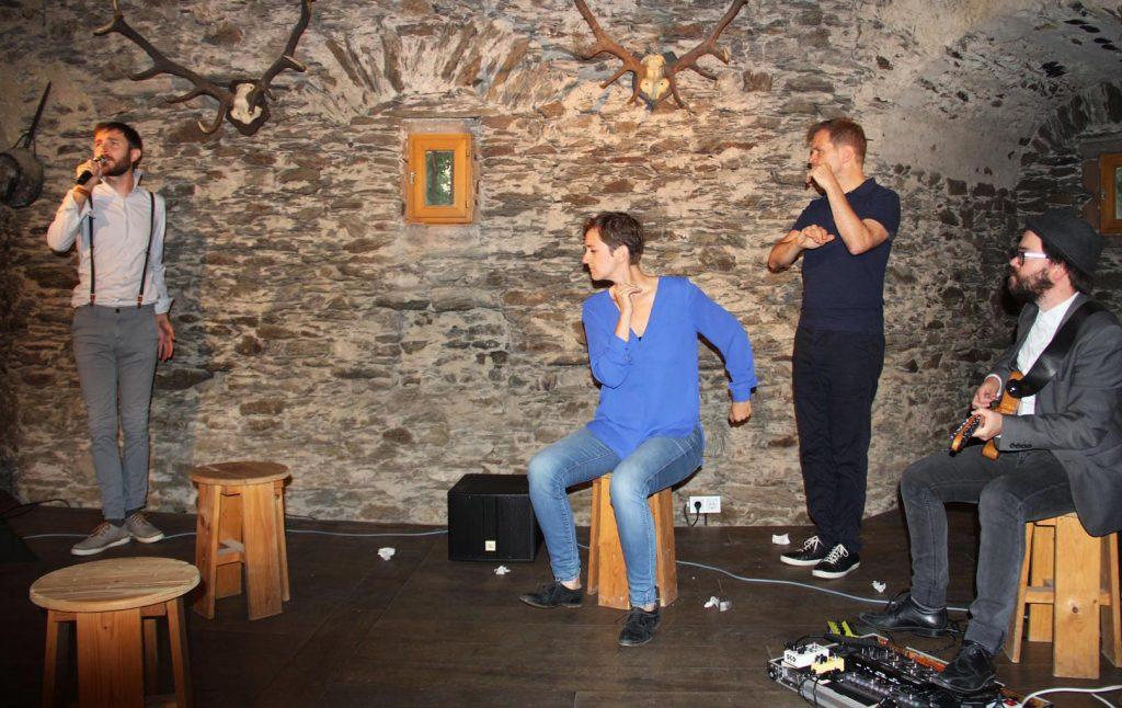 """Stefanie Petereit, Norbert Deeg und Marek Herz (Gitarre) unterstützen Adriano Werner, der das Lied """"Karriere in Deutschland"""" spontan intoniert. - Foto: Sabine Neugebauer"""
